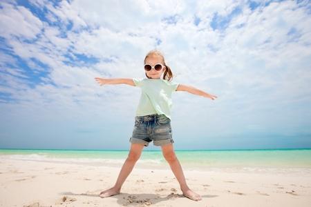 열 대 해변에서 귀여운 소녀의 초상화 광각 렌즈로 만든 스톡 콘텐츠
