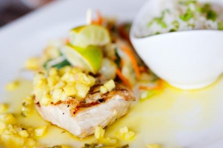 plato de pescado: Close up de delicioso plato de pescado mahi mahi Foto de archivo