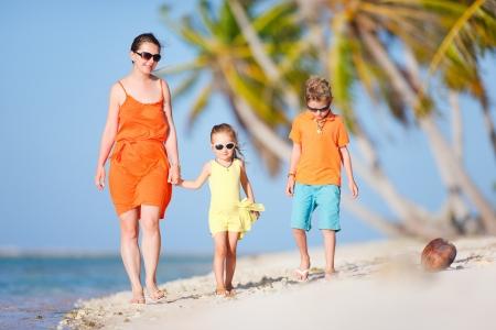 ni�os caminando: Hermosa madre y dos hijos disfrutar de vacaciones en la playa