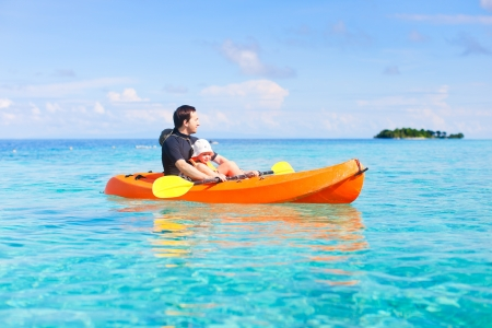 ocean kayak: Padre e hija en kayak en el océano tropical