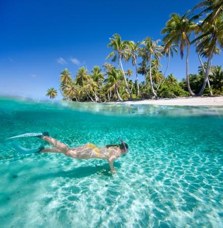 이국적인 섬 앞에 명확한 열대 바다에서 여자 수영 스톡 콘텐츠