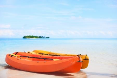 kayak: Twee kajaks op tropisch strand in de voorkant van klein onbewoond eiland Stockfoto