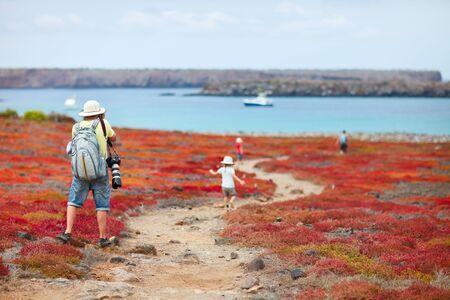 Vista trasera de un joven fotografiado en las islas Galápagos