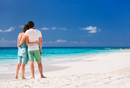luna de miel: Vista trasera de una pareja en una playa tropical en el Caribe Foto de archivo