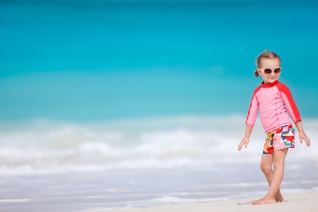 Retrato de ni�a linda en la playa tropical photo