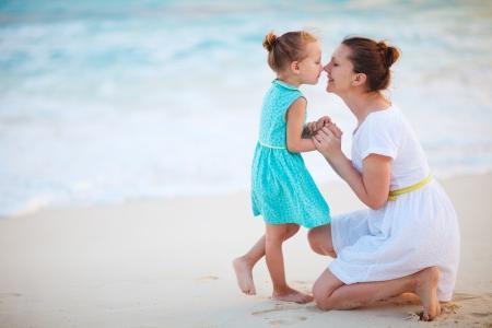 mere et fille: M�re et fille profiter de son temps � la plage tropicale