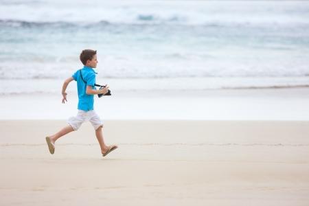niño corriendo: Ni?o feliz corriendo en la playa tropical