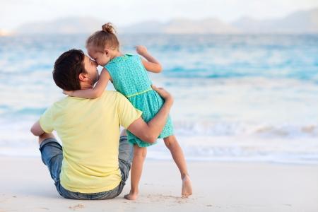 father and daughter: Padre feliz y su hija peque? dulce en la playa