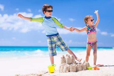형제와 열대 해변에서 휴가를 즐기는 자매