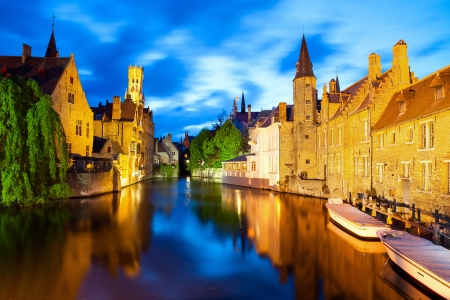 belgie: Nacht uitzicht van het kanaal in Brugge
