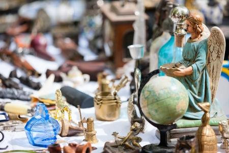 Chiudere i dettagli del pulce bancarella del mercato a Bruges, Belgio