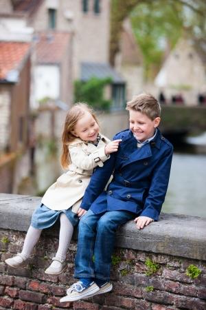 brat: Brat i siostra w plenerze w mieście na piękny dzień wiosny Zdjęcie Seryjne