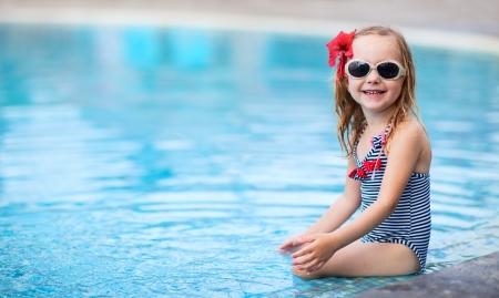 бассейн: Портрет очаровательны маленькая девочка, рядом с плавательным бассейном Фото со стока