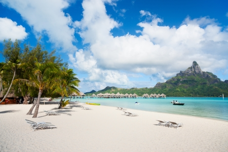 보라 보라 섬에 오 테마 누 산의보기와 아름 다운 해변