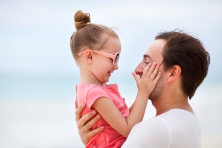 familias felices: Padre feliz y su peque?a hija adorable al aire libre