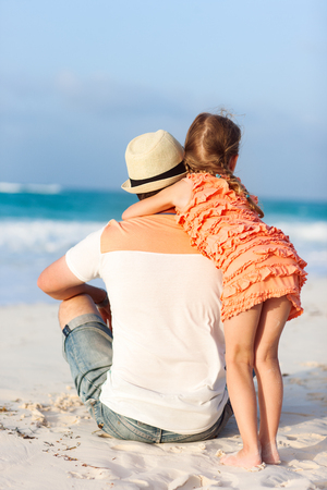Father and his little daughter at tropical beach Imagens