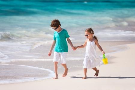 熱帯のビーチで 2 つの小さな子供たち