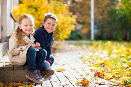美しい秋の日に屋外で兄と妹