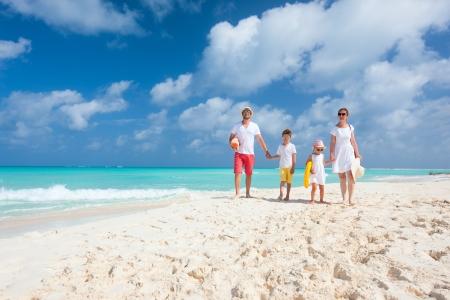 familia viaje: Hermosa familia feliz en vacaciones de vacaciones en el Caribe Foto de archivo