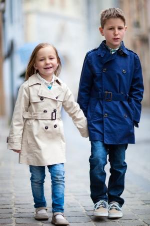 市では美しい春の日に屋外で兄と妹 写真素材