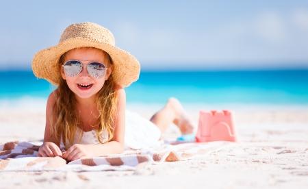 Niña adorable en la playa durante las vacaciones de verano Foto de archivo - 25389990