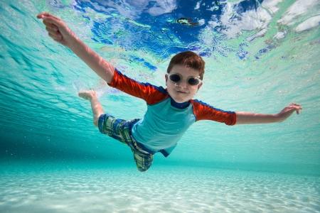 열대 바다에서 수중 수영 귀여운 소년