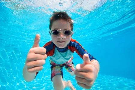 natacion: Retrato de un niño lindo nadando bajo el agua