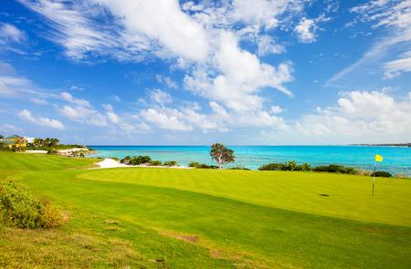 해안 골프 코스의 멋진 전망 스톡 콘텐츠