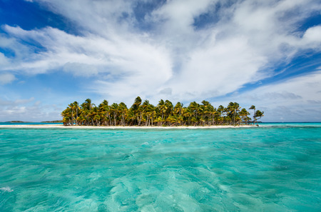 牧歌的な熱帯の島、バハマのターコイズ ブルーの海の水 写真素材