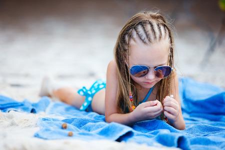 Niña adorable con las trenzas del Caribe en vacaciones Foto de archivo - 25715738