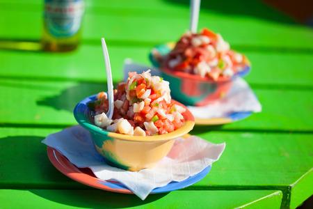 Twee kommen van Bahamaanse Conch salade Stockfoto