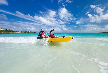 Padre e hijo kayak en el océano tropical