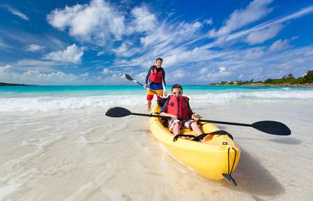父と息子の熱帯の海でのカヤック