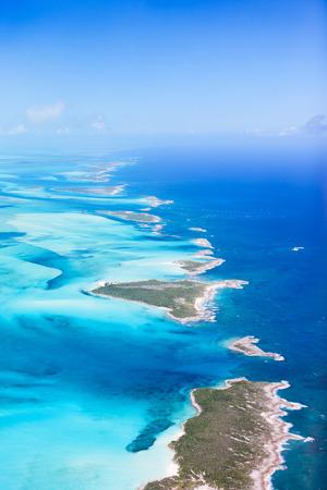 上からバハマ諸島の美しい景色