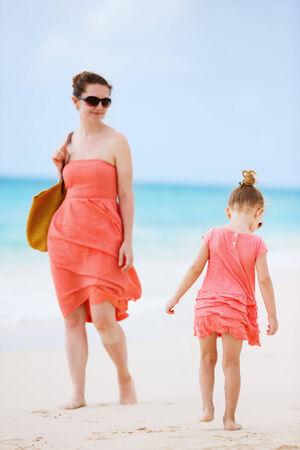 padres e hijos felices: Madre e hija en la playa tropical durante las vacaciones de verano