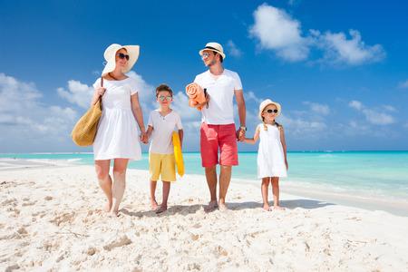 Härlig lycklig familj på en tropisk strand semester
