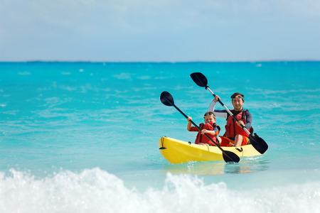 열대 바다에서 아버지와 아들 카약 스톡 콘텐츠