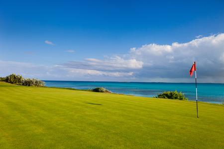 Fantastisk utsikt �ver en kust golfbana Stockfoto
