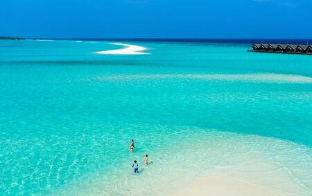 母と熱帯のビーチでの休暇を楽しんでいる子供たちのビューの上 写真素材 - 28175391