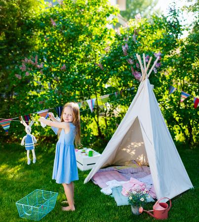 Schattig klein meisje met plezier buiten spelen op zomerse dag Stockfoto