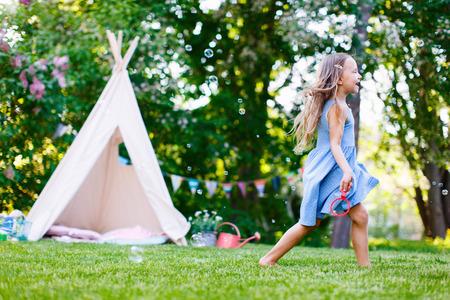 여름 날에 야외에서 재생 사랑스러운 작은 소녀 재미 스톡 콘텐츠