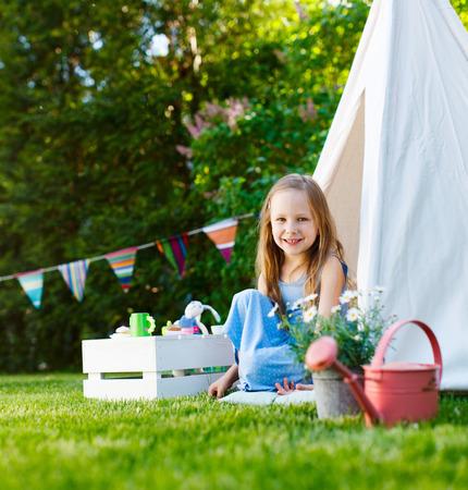 여름 날에 야외에서 재생하는 사랑스러운 작은 소녀 재미
