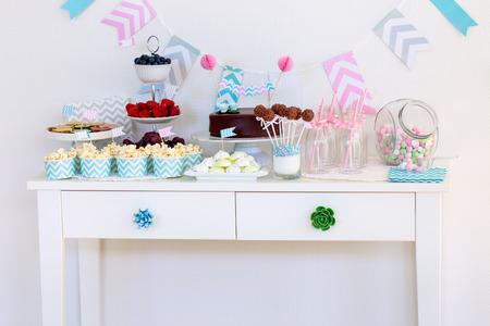 딸기, 팝콘, 카나페, 사탕, 초콜릿 케이크 팝과 파티에서 디저트 테이블에 케이크