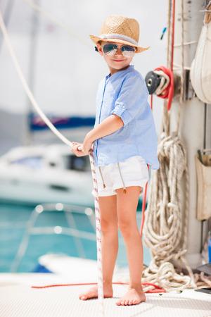 고급 뗏목 또는 요트에 사랑스러운 작은 소녀 즐기는 항해