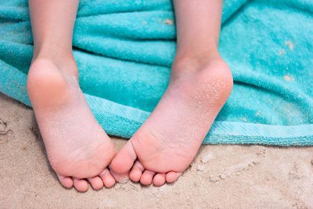 toallas: Close up de una ni�a pies en una toalla de playa