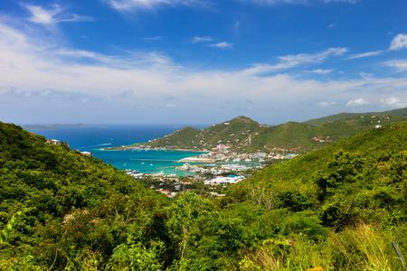 Luchtfoto van de weg de stad op Tortola de hoofdstad van de Britse Maagdeneilanden
