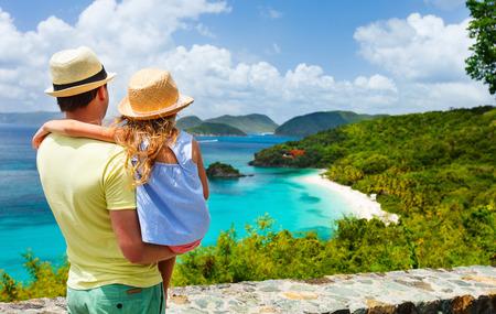viaje familia: Familia de padre e hija disfrutando de la vista aérea de la bahía del tronco pintoresco en la isla de St John, Islas Vírgenes de Estados Unidos considerados por muchos como la playa más hermosa en el Caribe Foto de archivo