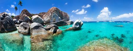 The Baths strandområdet stor turistattraktion på Virgin Gorda, Brittiska Jungfruöarna med turkost vatten och stora granitblock