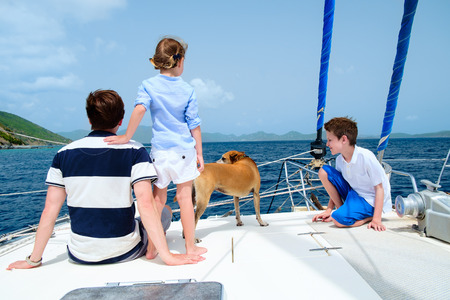 Katamaran segeln luxus  Rückansicht Des Mutter, Tochter Und Ihr Hund Segeln Auf Einer ...