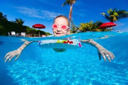 kids swimming pool: Adorable little girl at swimming pool